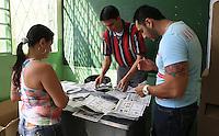 BUCARAMANGA -COLOMBIA. 25-05-2014. Jurados electorales realizan el escrutinio de puesto de votación en Bucaramanga después de la jornada de elecciones Presidenciales en en Colombia que se realizan hoy 25 de mayo de 2014 en todo el país./ Electoral juries made the scrutiny in a polling station in Bucaramanga after the day of Presidential elections in Colombia that made today May 25, 2014 across the country. Photo: VizzorImage / Duncan Bustamante /Str