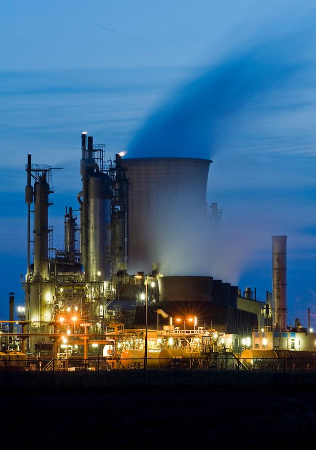 Nederland, Geleen, 17 aug 2009.Dsm fabriek in avond. Chemische industrie..Foto (c) Michiel Wijnbergh