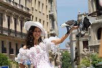 Cuba, Habana, Mädchen posiert für Video auf der Plaza de San Francisco