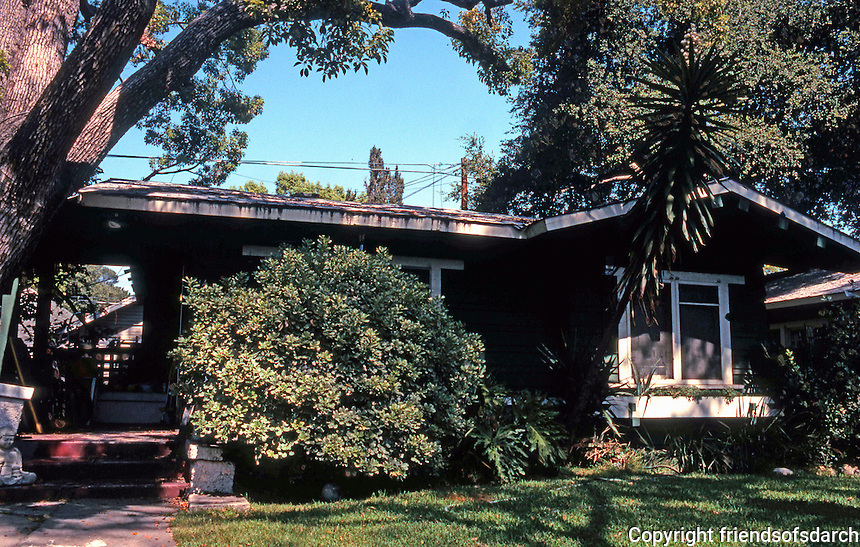 Pasadena CA: Bowen Court, 1913. One of the twenty or so bungalows. Heineman & Heineman.