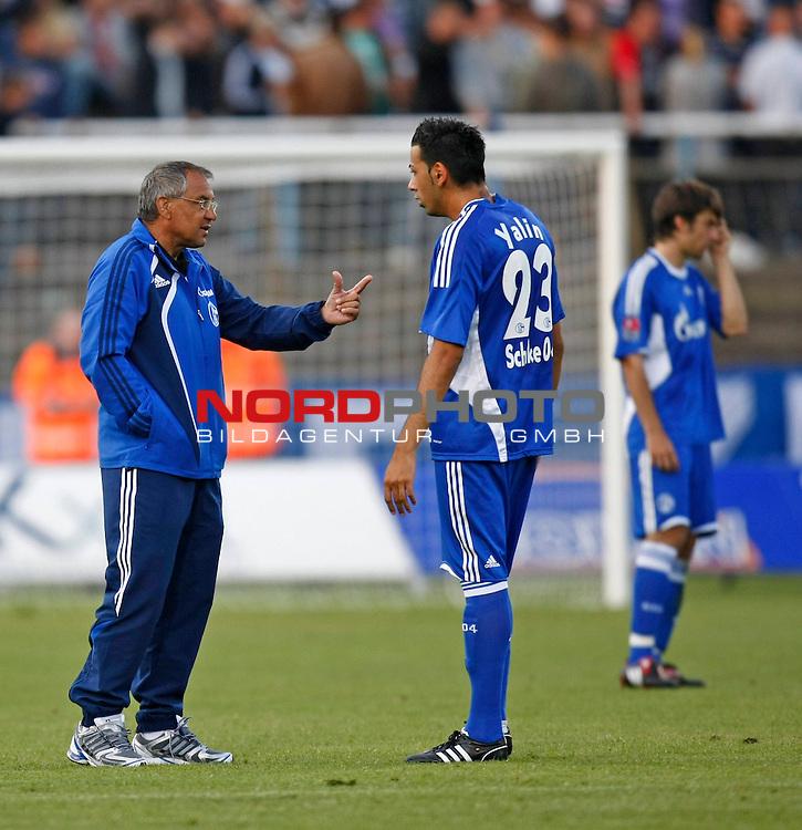 FBL  2009/2010  <br /> Freundschaftsspiel FC Schalke 04 - FC Twente Enschede in Meppen<br /> Felix Magath mit  Emin Yalin (Schalke - #23)<br /> <br /> Foto &copy; nph (  nordphoto  )<br /> <br /> <br /> <br />  *** Local Caption ***