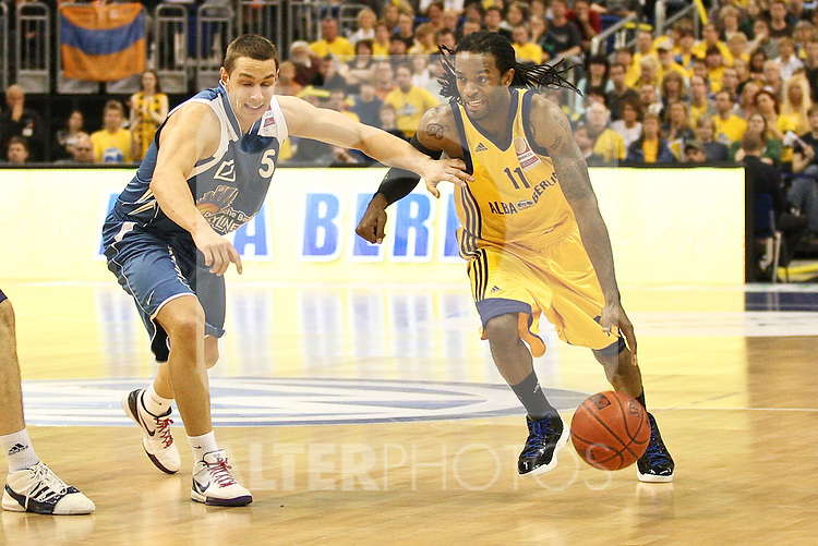 16.05.2010, o2-World Berlin, GER, Beko BBL, Playoffs Viertelfinale 3, Alba Berlin vs Deutsche Bank Skyliners Frankfurtg im Bild Julius Jenkins (Alba Berlin #11) und Dominik Bahiense de Mello (Deutsche Bank Skyliners Frankfurt #5)   Foto © nph / Hammes