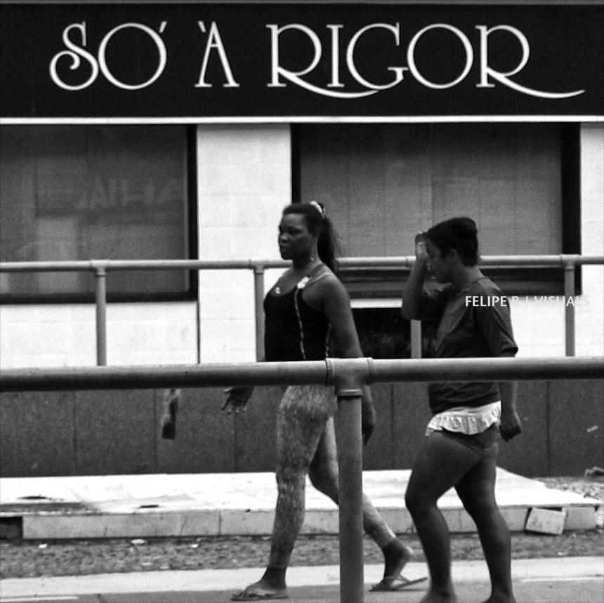 Luxuosas no footing da Avenida Princesa Isabel, Copacabana, vistas da janela apertada e suja de um &ocirc;nibus linha 175 Recreio-Central, as 3:48 da tarde.<br /> foto: Felipe B @ 7-10-09.<br /> Olympus E-420<br /> 1/160.<br /> ISO 400.<br /> f/5.6.<br /> 42.0mm (84mm no mundo do filme 35mm...) <br /> homeless women in front of a luxury clothing rental shop. Copacabana, Rio de Janeiro. Brasil 2009