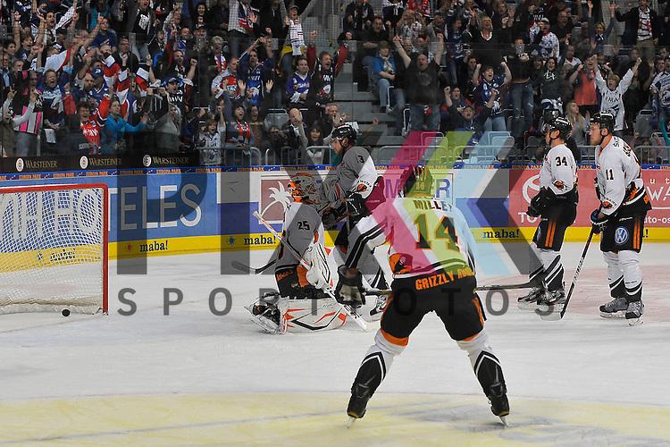 Mannheim 21.10.12, DEL, Adler Mannheim - Grizzly Adams Wolfsburg, das 2:1 von Mannheims Doug Janik (Nr.33) der von der blauen Linie geschossen hat im Bild Wolfsburgs Sebastian Vogl (Nr.25), Wolfsburgs Nicholas Dimitrakos (Nr.13), Wolfsburgs Norm Milley (Nr.14), Wolfsburgs Benedikt Kohl (Nr.34) und Wolfsburgs Benedikt Schopper (Nr.11) <br /> <br /> Foto &copy; Ice-Hockey-Picture-24 *** Foto ist honorarpflichtig! *** Auf Anfrage in hoeherer Qualitaet/Aufloesung. Belegexemplar erbeten. Veroeffentlichung ausschliesslich fuer journalistisch-publizistische Zwecke. For editorial use only.