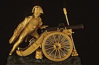 Europe/France/Poitou-Charentes/17/Charente Maritime/Ile d'Aix: Le musée Napoléon - Pendule XIXème siècle représentant Napoléon tirant le canon