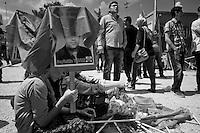 La photographie d'un martyr brandit par une jeune femme lors de la manifestation du 1er mai 2013 à Yenisehir.<br /> <br /> Photograph of a martyr brandished by a young woman at the demonstration on 1 May 2013 Yenisehir.