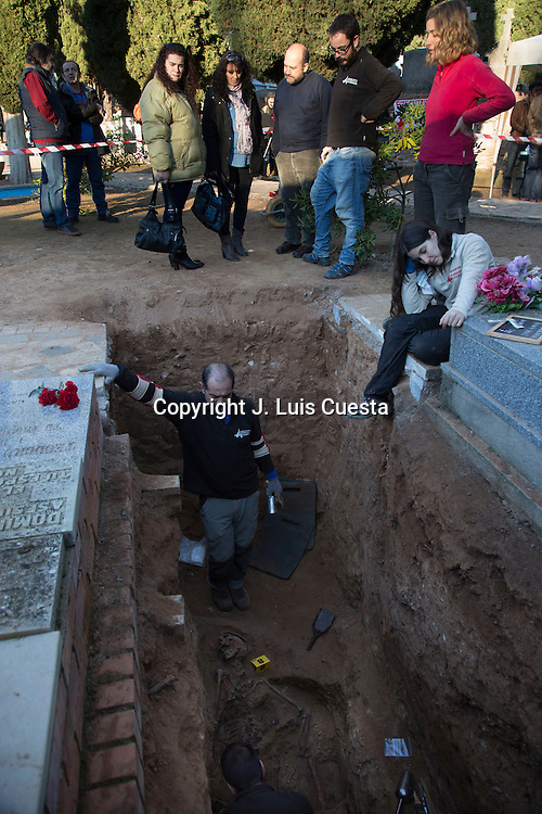 Nieces Vicente Tomas Lorente, victim buried in mass grave, are present at the time of the appearance of the body that probably belongs to his uncle in the absence of confirmation of DNA.