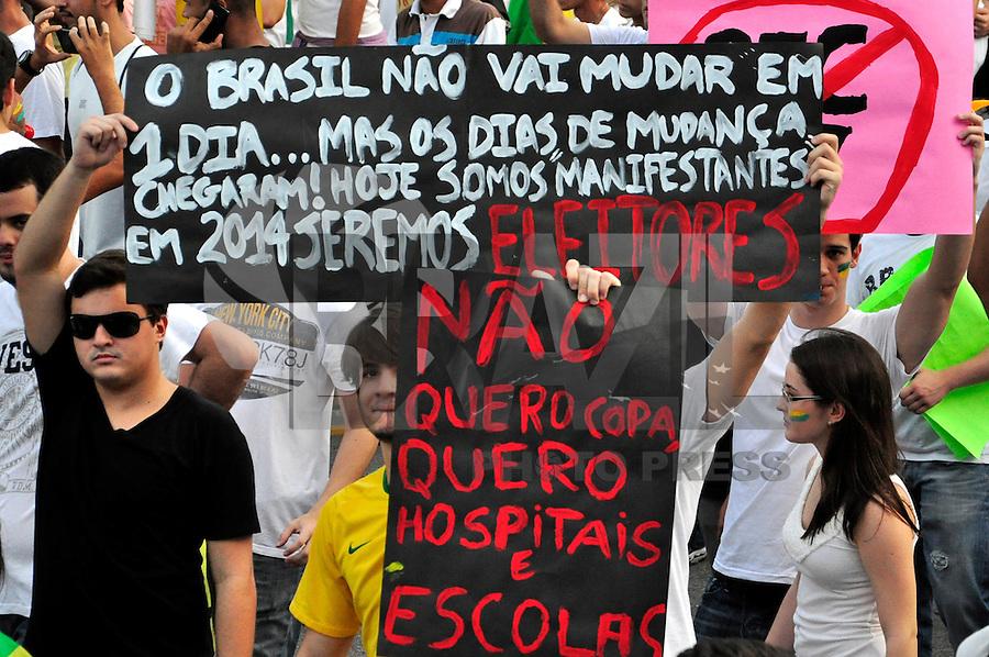 """Recife,SP,20 JUNHO 2013 - PROTESTO NO RECIFE - Manifestantes durante o protesto """"por um transporte publico de qualidade"""" nesta quinta feira (20) numa das principais  Avenidas  Conde da Boa Vista  na zona central  Recife. FOTO LÍBIA FLORENTINO - BRAZIL PHOTO PRESS."""