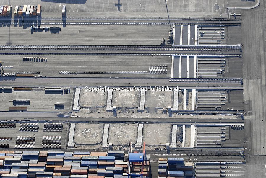 4415/CTA: EUROPA, DEUTSCHLAND, HAMBURG  22.01.2006 Ausbau CTA, Container Terminal Altenwerder..Ausbau weiterer Container Lager Flaechen. Ausbau neuer Bloecke.  Jeder Block umfasst 10 Reihen à 20 TEU-Plaetze, an jedem Platz koennen vier Container gestapelt werden. Das DRMG besteht aus zwei unabhängig voneinander arbeitenden Kranen, so dass gleichzeitig die Seeseite mit den AGV und die gegenueberliegende Seite mit den LKW bedient werden können. Auf dem Bild im Aufbau. werden..Auf der Rueckseite des Lagers befinden sich 4 Spuren für LKW. Der Container wird vom DRMG auf das Chassis vom LKW geladen. Dieser Vorgang ist der erste, wieder nicht automatisierte; von Fernsteuerplaetzen im Betriebsgebaeude aus wird das Beladen des LKW gesteuert....