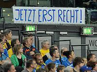 """Handballl Champions League Frauen - HC Leipzig (HCL) gegen IK Sävehof/ Saevehof am 19.10.2013 in Leipzig (Sachsen). <br /> IM BILD: In der Halle ist ein Plakat aufgehängt mit der Aufschrift: """"Jetzt erst recht"""". <br /> Foto: Christian Nitsche / aif"""