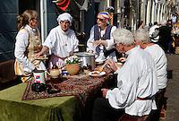 Brielle. Bevrijdingsdag op 1 april: Op deze  dag in 1572 verschenen de Watergeuzen voor de Noordpoort van Den Briel en eisten de overgave van de havenstad. Op deze dag lopen de inwoners in historische kleding en worden de gebeurtenissen nagespeeld. Maaltijd op straat