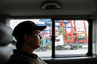 GERMANY Hamburg, Filipino seaman in seaman´s club Duckdalben, shuttle bus from ship to club / DEUTSCHLAND Hamburg , Seemannsclub Duckdalben eine soziale Einrichtung der Diakonie fuer Betreuung von Seeleuten, shuttle Bus zum Schiff, Filipino Seemann