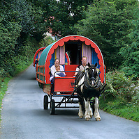 Ireland, County Kerry, near Tralee: Horse drawn Gypsy caravan with holiday makers | Irland, County Kerry, bei Tralee: im Urlaub mit dem Planwagen durch Irland
