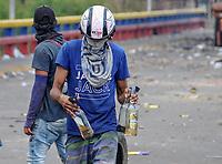 """CUCUTA - COLOMBIA, 22-02-2019: Manifestantes se enfrentan con la Guardia nacional Venezolana que intenta impedir el ingreso de ayuda a su país un día después del concierto """"Venezuela Aid Live"""" que se realizó el 22 de febrero de 2019 en el puente internacional Las Tienditas en la frontera de Cucuta, Colombia con Venezuela, con el objetivo de pedir al gobierno de Nicolás Maduro permitir la entrada de ayuda humanitaria a su país. / MProtesters clash with the Venezuelan National Guard trying to prevent the entry of humanitarian aid to their country one day after the concert """"Venezuela Aid Live"""" on the International bridge las Tienditas on the border of Cucuta, Colombia with Venezuela with the objetive of asking to the Maduro's regimen allow the humanitarian aid to income to the Venezuelan territories. Photo: VizzorImage / Julio Colmenares / Cont"""