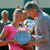 20-08-11, Tennis, Amstelveen, Nationale Tennis Kampioenschappen, NTK, Lesley Kerkhove ontvangt de kampioensbeker uit handen van de voorzitter van de KNLTB Rolf Thung