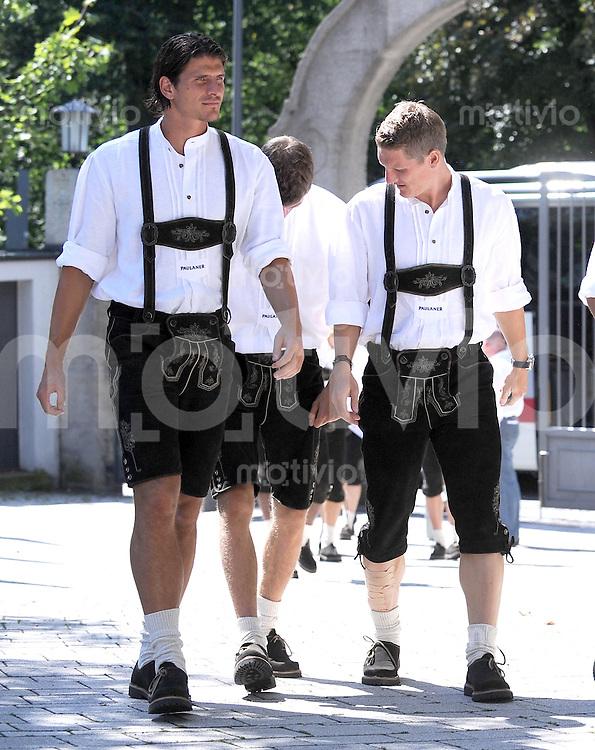 1. Fussball Bundesliga :  Saison   2009/2010   24.08..2009 FC Bayern in Lederhosen bei Paulaner , Werbefoto v. li., Mario Gomez , Bastian Schweinsteiger (FCB)