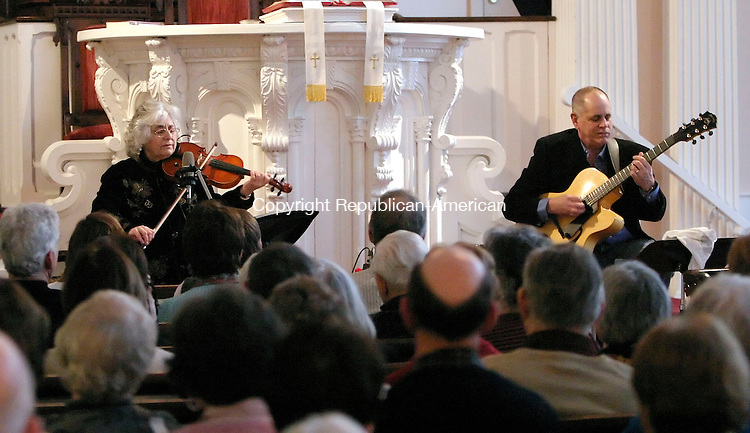 WOODBURY, CT. 29 JANUARY 2006-012906BZ14-  Jazz violinist and vocalist Betty MacDonald and jazz guitarist Joe Beck during a performance at the First Congregational Church in Woodbury Sunday afternoon.<br />  Jamison C. Bazinet / Republican-American