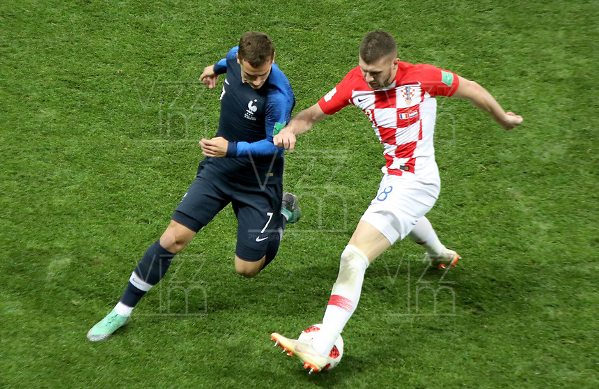 MOSCU - RUSIA, 15-07-2018: Antoine GRIEZMANN (Izq) jugador de Francia disputa el balón con Mateo KOVACIC (Der) jugador de Croacia durante partido por la final de la Copa Mundial de la FIFA Rusia 2018 jugado en el estadio Luzhnikí en Moscú, Rusia. / Antoine GRIEZMANN (L) player of France fights the ball with Mateo KOVACIC (R) player of Croatia during match of the final for the FIFA World Cup Russia 2018 played at Luzhniki Stadium in Moscow, Russia. Photo: VizzorImage / Cristian Alvarez / Cont