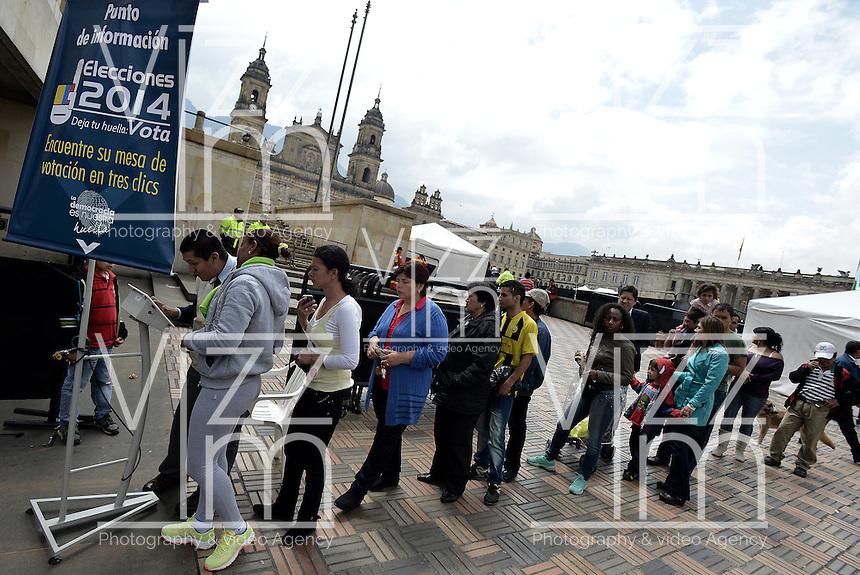 BOGOTÁ -COLOMBIA. 09-03-2014. Aspecto de las elecciones parlamentarias en Bogotá, Colombia, hoy 9 de marzo de 2014.  los colombianos elegirán por voto directo en las urnas 102 nuevos miembros del Senado de la República, 166 representantes a la Cámara de Representantes y 5 representantes al Parlamento Andino./ Aspect of the parliamentary elections in Bogota, Colombia, today March 9, 2014. Colombians will elect by direct vote at the polls 102 new members of the Senate, 166 representatives to the House of Representatives and five representatives to the Andean Parliament. Photo: VizzorImage/ Gabriel Aponte / Staff