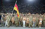 Olympia 2004 Athen Eroeffnungsfeier; Einmarsch Deutsche Team; Mannschaft; mit Fahnentraeger Ludger Beerbaum (li)