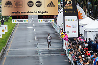 BOGOTÁ -COLOMBIA, 28-07-2018: Aspecto de los participantes en la media maratón de Bogotá 2019, mmB. Con sus tradicionales 21km, en esta ocasión el ganador del tercer puesto en elite varones fue John Lotiang de Kenya, con un tiempo de 1h 04m 45s, y en elite mujeres Bedatu Hirpa de Ethiopia con un tiempo de 1h 13m 17s. / Aspect of the people during the half marathon of Bogota 2018, mmB. With its 21Km in this edition the winner of the third Place was John Lotiang of Kenya in elite men category with a time of 1h 04m 45s, and in elite women the winner was Bedatu Hirpa of ethiopia with a time of 1h 12m 16s. Photo: VizzorImage / Diego Cuevas / Cont