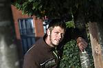 Foto: VidiPhoto<br /> <br /> BEUNINGEN – Hovenier Kars den Engelse samen met een collega aan het werk in een tuin in Beuningen.
