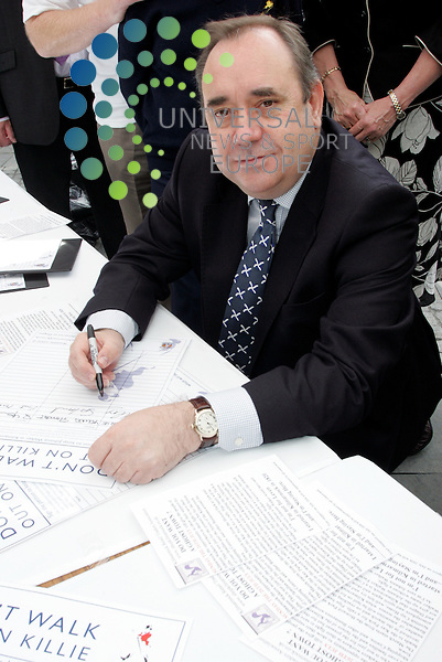 First Minister signs the petition
