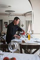 Europe/France/Provence-Alpes-Côte d'Azur/06/Alpes-Maritimes/Nice: restaurant: La Petite Maison - le personnel dresse la salle