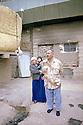 Irak 2000.Latif Abdallah, policier, avec sa femme et son dernier né, devant son logis. Il vit dans un ancien camp militaire irakien avec d'autres familles de déplacés.       Iraq 2000.A policeman and his family living in a former Iraqi military camp