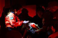 SAO_PAULO,SP - 25.02.2014 -  Homens do Corpo de Bombeiros retiram homem preso na grade do Cemitério da Freguesia do Ó região norte de Sao Paulo ao tentar pular o muro nesta terça-feira, 25. A vitima masculino teve a mão transfixada na lança encaminha ao Pronto Socorro da Santa Casa. ( Foto: Bruno Ulivieri / Brazil Photo Press)