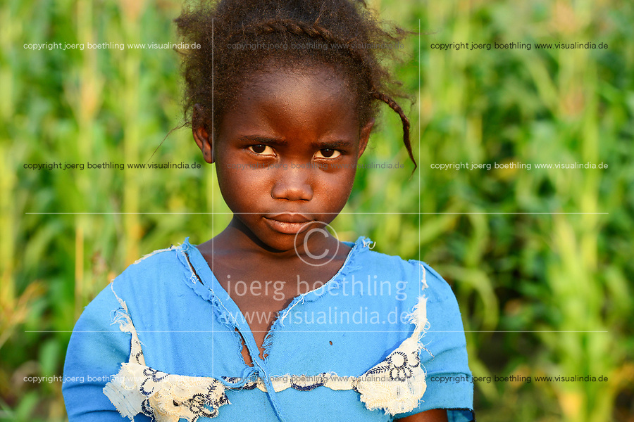 Malawi, Thyolo, village  Samuti, portraiture of girl / Portraet eines Maedchens