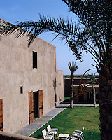 The thick adobe walls and the lack of windows  ensure that the interior of this house remains cool despite the intense Moroccan heat