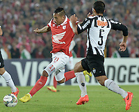 BOGOTÁ-COLOMBIA-03-04-2014. Wilder Medina (Izq) jugador de Independiente Santa Fe de Colombia disputa el balón con Pierre (Der) jugador de Atlético Mineiro de Brasil, en partido de vuelta por la primera, fase llave G4, de la Copa Bridgestone Libertadores en el estadio Nemesio Camacho El Campin, de la ciudad de Bogota. / Wilder Medina (L) player of Independiente Santa Fe of Colombia fights for the ball with Pierre (R) Atletico Mineiro of Brazil in a match for the second leg for the first phase, G4 key, of the Copa Bridgestone Libertadores in the Nemesio Camacho El Campin in Bogota city.  Photo: VizzorImage/ Gabriel Aponte /Staff