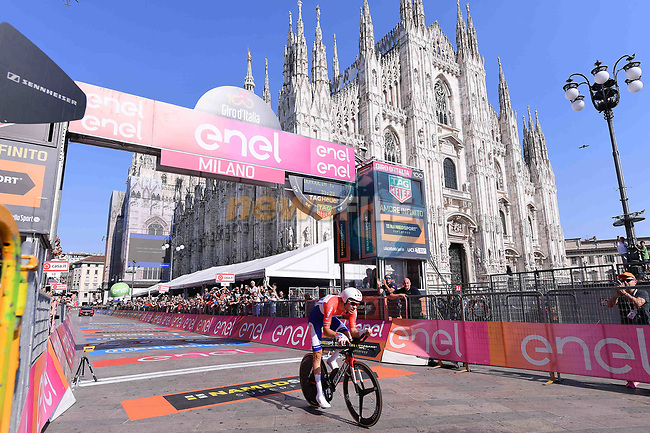 Tom Dumoulin (NED) Team Sunweb crosses the finish line at the Doumo in Milan to win the general classification at the end of Stage 21, the final stage of the 100th edition of the Giro d'Italia 2017, an individual time trial running 29.3km from Monza Autodrome to Milan Duomo, Italy. 28th May 2017.<br /> Picture: LaPresse/Gian Mattia D'Alberto | Cyclefile<br /> <br /> <br /> All photos usage must carry mandatory copyright credit (&copy; Cyclefile | LaPresse/Gian Mattia D'Alberto)