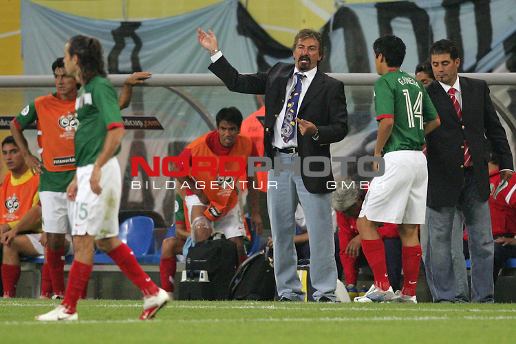 FIFA WM 2006 - Round Of Sixteen / Achtelfinale<br /> Play #50 (24-Jun) - Argentina vs Mexico.<br /> Coach Ricardo La Volpe (r) from Mexico reacts during the match of the World Cup in Leipzig. Next to him: Gonzalo Pineda (r).<br /> Foto &copy; nordphoto