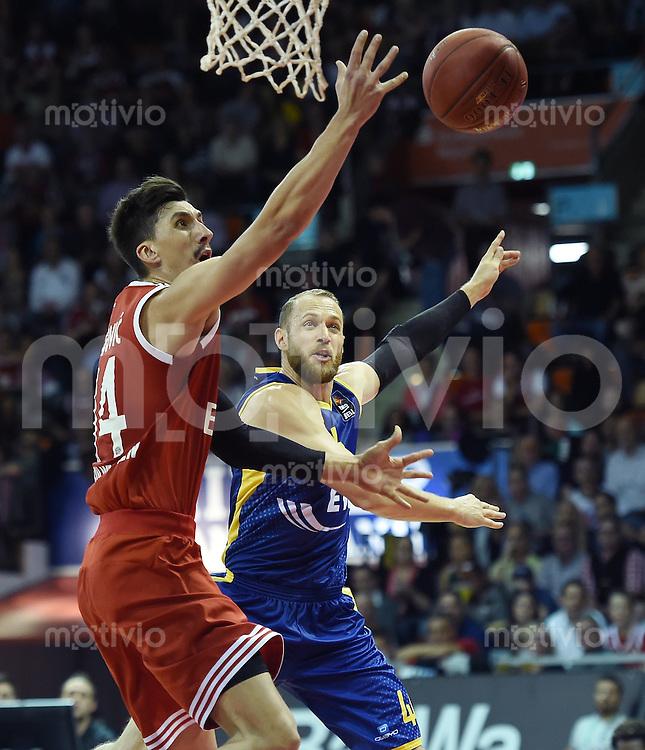 Basketball 1. Bundesliga 2015/2016  02.10.2015 1. Spieltag FC Bayern Muenchen - EWE Baskets Oldenburg Nihad Dedovic (li, FC Bayern Muenchen) gegen Vaughn Duggins (Oldenburg)
