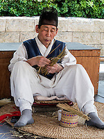 traditioneller Strohflechter mit Kopfbedeckung Tanggon  im Namsangol Hanok Village, Seoul, Südkorea, Asien<br /> traditional straw plaiting in Namsangol Hanok village, Seoul, South Korea, Asia