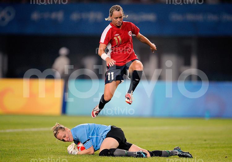 Olympia 2008  Peking  Fussball  Frauen   09.08.2008 Neuseeland - Norwegen Jenny BINDON (unten, NZL) im Zweikampf mit Leni LARSEN KAURIN  (oben, NOR).