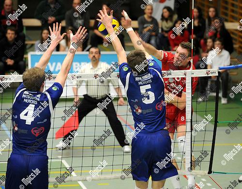 2012-03-03 / Volleybal / seizoen 2011-2012 / Puurs - Waasland / Baetens (Puurs) neemt het op tegen Verplancke en Van Walle (5)..Foto: Mpics.be