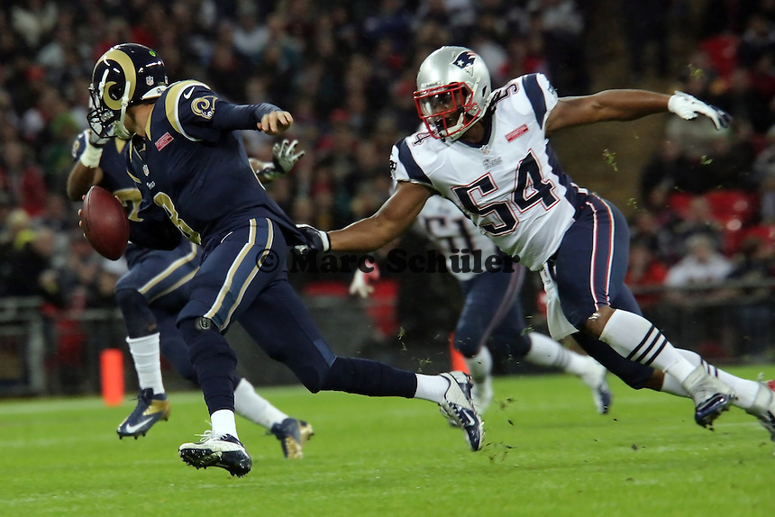 QB Sam Bradford (Rams) unter Druck von LB Dont'a Hightower (Patriots)
