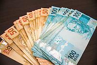SAO PAULO, SP, 11.03.2014 - ECONOMIA / JUROS - Notas de R$50,00 e R$100,00 reais para ilustração de matéria sobre economia - As taxas de juros de empréstimos e financiamentos para as pessoas físicas foram novamente elevadas em fevereiro, nona elevação seguida e segunda elevação do ano, diz a Associação Nacional dos Executivos de Finanças, Administração e Contabilidade (Anefac). A taxa de juros média do crédito à pessoa física, portanto, passou de 5,65% ao mês (93,39% ao ano) em janeiro para 5,82% ao mês (97,16% ao ano) em fevereiro, sendo esta a maior taxa de juros desde agosto de 2012. (Foto: Paulo Lisboa / Brazil Photo Press).