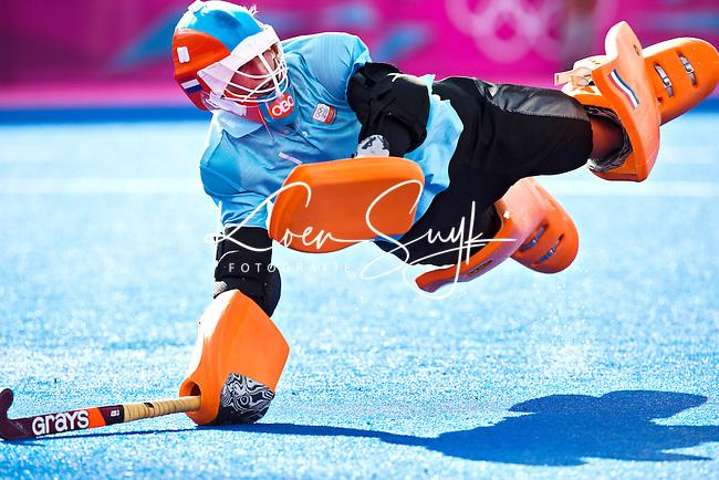 LONDEN - Joyce Sombroek stopt de bal tijdens de shoot -out ,woensdag tijdens de have finale van het Olympische hockeytournooi tussen de vrouwen van  Nederland en Nieuw-Zeeland.  Nederland wint na shoot outs.