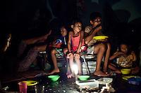 D'après le maire de Tacloban, l'électricité dans certain quatiers de la ville sera revenu d'ici Noël. D'autres pensent que ça ne reviendra pas avant 3 mois. En attendant, la famille Verzuza utilise bougie et coktail molotov pour écliarcir un minimum la pièce. Tacloban, Novembre 2013. VIRGINIE NGUYEN HOANG