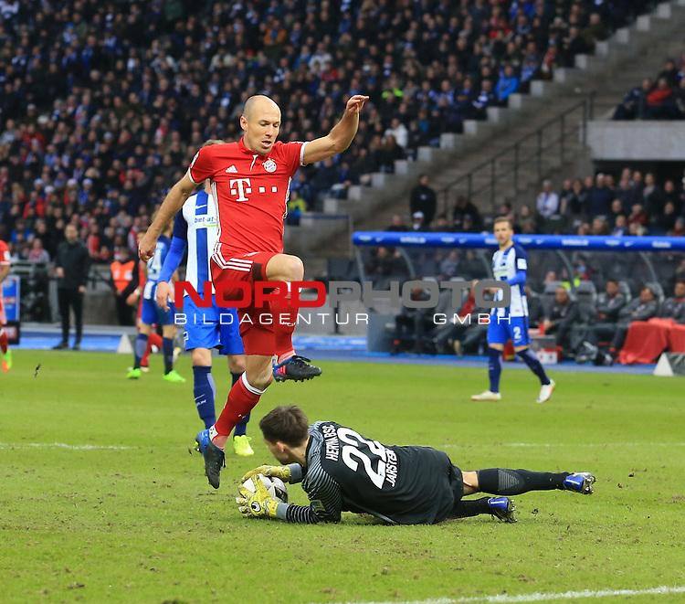 18.02.2017, OLympiastadion, Berlin, GER, 1.FBL, Hertha BSC VS. BAYERN MUENCHEN, im Bild <br /> Rune Jarstein (Hertha BSC Berlin #22), Arjen Robben (FC Bayern Muenchen #10)<br /> <br /> <br />       <br /> Foto &copy; nordphoto / Engler