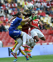 BOGOTA - COLOMBIA - 26-02-2017: Liana Salazar (Der.) jugadora de Independiente Santa Fe disputa el balón con Daniela Solera (Izq.) portera de Atletico Huila, durante partido por la fecha 2 entre Independiente Santa Fe y Atletico Huila, de la Liga Femenina Aguila 2017, en el estadio Nemesio Camacho El Campin de la ciudad de Bogota. / Liana Salazar (R) player of Independiente Santa Fe struggles for the ball with Daniela Solera (L) goalkeeper of Atletico Huila, during a match of the date 2 between Independiente Santa Fe and Atletico Huila, for the Liga Femenina Aguila 2017 at the Nemesio Camacho El Campin Stadium in Bogota city, Photo: VizzorImage / Luis Ramirez / Staff.
