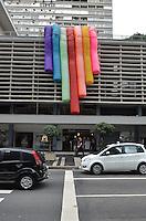 SAO PAULO, SP, 23 DE MAIO DE 2013 - BALOES LGBT - Baloes representando o movimento LGBT são vistos na fachada do Conjunto Nacional, na Avenida Paulista, na tarde desta quinta feira, 23. Os balões anunciam a Parada do Orgulho Gay que acontece no dia 02 de Junho.  (FOTO: ALEXANDRE MOREIRA / BRAZIL PHOTO PRESS)