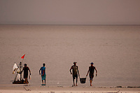 Pescadores retornam com o pescado capturado após um dia de trabalho no litoral do Pará, na foz do rio Amazonas. Os pescadores chegam a capturar cerca de 200 quilos de pescado por dia entre: piramutabas, sardinhas, filhotes, pescada amarela, robalo e tainhas.<br /> Curuçá, Pará, Brasil.<br /> Foto: Paulo Santos<br /> 17/05/2009