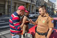 CURITIBA, PR, 15 DE DEZEMBRO 2013 –  TRÂNSITO / ACIDENTE / ALCOOLIZADO. Um motorista embriagado causou um acidente ao colidir com um táxi,  na tarde deste domingo(15), ao não respeitar o sinal vermelho, em um cruzamento na Alameda Dr. Carlos de Carvalho, no bairro centro, em Curitiba. Teste de bafômetro foi realizado em ambos condutores e o proprietário do veiculo gol vermelho ficou comprovado alto nível alcoólico de 2.00 [mg/l], muito além da dosagem mínima.  Segundo a militar, o motorista responderá criminalmente por embriaguez e por dano, caso o outro motorista envolvido prestar queixa, além de pagar as multas e perder a documentação que lhe permite dirigir.Na foto, proprietário do táxi realizado o teste de bafômetro.(FOTO: PAULO LISBOA  / BRAZIL PHOTO PRESS)