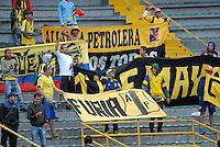 BOGOTA - COLOMBIA - 24-04-2016: Hinchas de Alianza Petrolera, animan a su equipo, durante partido por la fecha 14 entre Independiente Santa Fe y Alianza Petrolera, de la Liga Aguila I-2016, en el estadio Nemesio Camacho El Campin de la ciudad de Bogota. / Fans of Alianza Petrolera, cheer for their team during a match of the date 14 between Independiente Santa Fe and Alianza Petrolera, for the Liga Aguila I -2016 at the Nemesio Camacho El Campin Stadium in Bogota city, Photo: VizzorImage / Luis Ramirez / Staff.