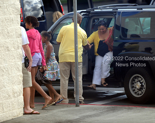 """Kaneohe, HI - December 31, 2009 -- Malia Obama and Sasha Obama, far left, head into Borders Bookstore at the Windward Mall shopping center on their way to see """"Avata""""r at the theatres in Kaneohe, Hawaii, Thursday, December 31, 2009.  .Credit: Cory Lum / Pool via CNP"""